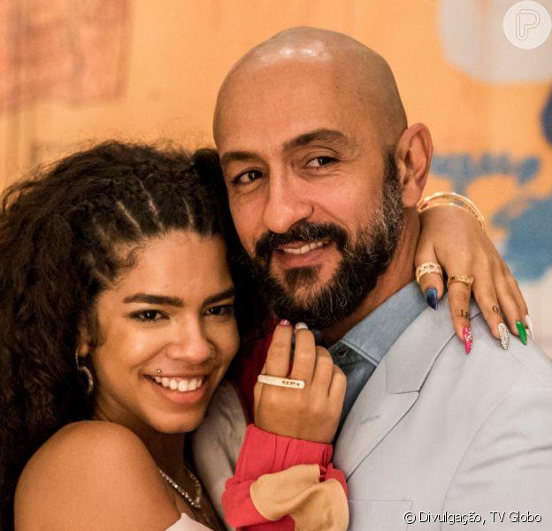 Na novela 'Amor de Mãe', Álvaro (Irandhir Santos) se revolta ao descobrir que Verena (Maria) está fazendo shows às escondidas