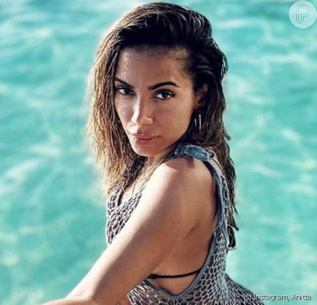 Anitta aposta em vestido transparente e deixa bumbum à mostra