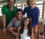 Claudia Raia e Edson Celulari posam juntos durante primeira comunhão da filha