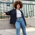 Calça jeans reta: tênis, t-shirt e casaco tão sempre uma combinação perfeita
