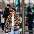 Calça jeans reta + camiseta e casaco animal print dando um ar fashionista ao look