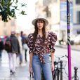 Calça jeans flare com blusa de mangas bufantes e botas