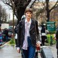 Calça jeans reta com a camisa de botão por baixo da jaqueta de couro