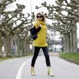 Calça jeans black skinny com suéter amarelo e botas snake print