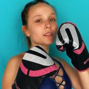 Larissa Manoela aposta em trendy com decote para treino com personal: 'Ta pago'