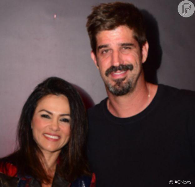 Suzana Alves fez selfie com o marido, Flávio Saretta, e mostrou de novo o cabelo branco: 'Casal grisalho'