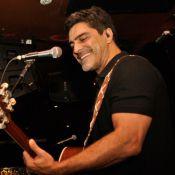 Junno Andrade, namorado de Xuxa, canta e empolga o público em boate de São Paulo