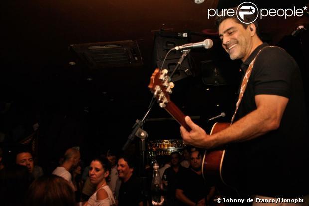 Junno Andrade canta na boate Piove, em São Paulo, em 28 de fevereiro de 2013