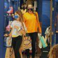 Grazi Massafera foi às compras acompanhada pela filha e amiga da menina