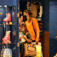 Grazi Massafera foi fotografada em loja de brinquedos com Sofia