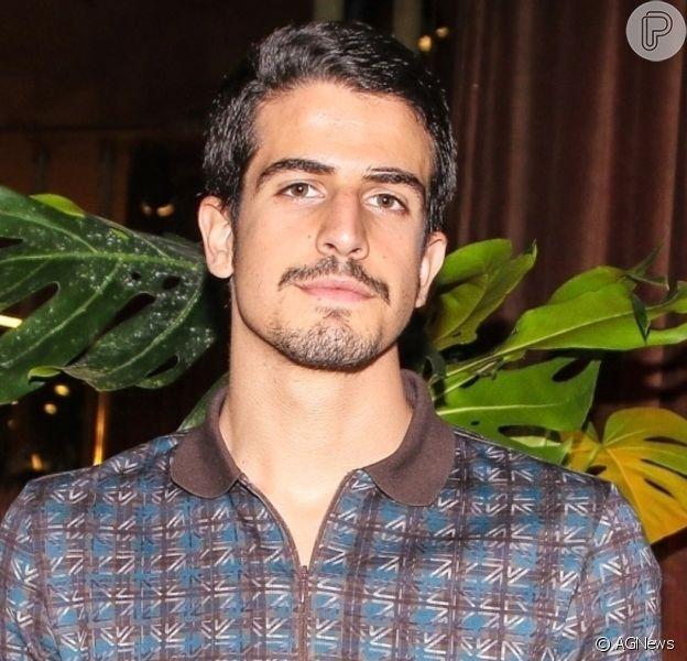 Enzo Celulari é fotografado jantando com Isabelle Drummond em restaurante do Rio, em 1 de agosto de 2020