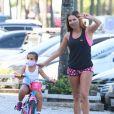 Deborah Secco acena para fotos durante momento de lazer com a filha, Maria Flor