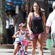 Filha de Deborah Secco, Maria Flor passeou de bicicleta com a mãe