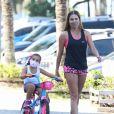 Deborah Secco usou look fitness em momento de exercício com a filha, Maria Flor