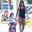 Filha de Deborah Secco, Maria Flor usou máscara divertida em passeio de bicicleta com atriz