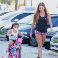 Deborah Secco acompanha passeio de bike da filha, Maria Flor