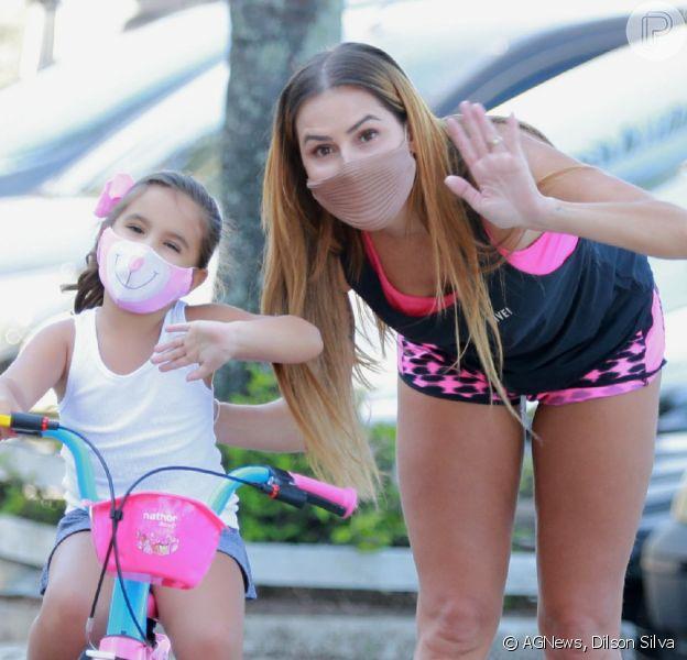 Momento mãe e filha: Deborah Secco acompanha passeio de bike de Maria Flor nesta sexta-feira, dia 07 de agosto de 2020