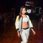 Anitta tem dia de modelo em desfile da Coca-Cola em São Paulo