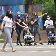 Grávida, Romana Novais caminha com família em parque de São Paulo