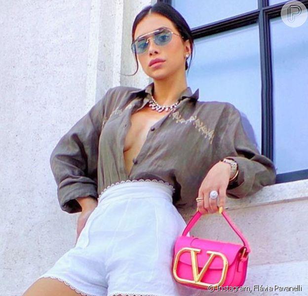 Flávia Pavanelli adota minibag na cor rosa flour como queridinha