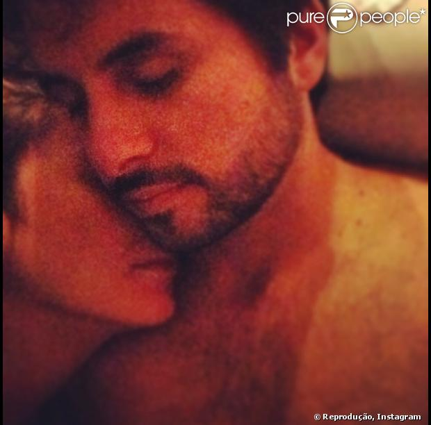 Claudia Leitte postou uma foto enchendo o marido, Marcio Pedreira, de carinhos em sua conta do Instagram, neste sábado, 2 de março de 2013