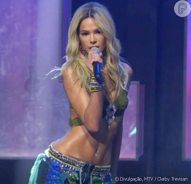 A atriz Bruna Marquezine 'vira' Britney Spears em prêmio e agita web por corpo magro