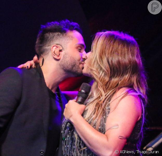 Simony e o namorado, Felipe Rodriguez, trocaram beijos na gravação do DVD da cantora, 'Resumo da Felicidade'