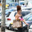 Juliana Paes chamou atenção com bolsa grifada ao deixar academia no Rio de Janeiro