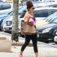Juliana Paes foi fotografada deixando academia com bolsa de luxo