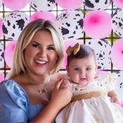 Natália Toscano corta cabelo da filha, Angelina, de 5 meses, pela primeira vez
