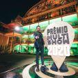 Wesley Safadão elege sapato Prada para look em premiação. Fotos!
