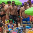 Anitta convidou a família para gravar clipe no Piscinão de Ramos, no Rio de Janeiro