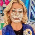Karina Bacchi participou do 'Passa ou Repassa' e levou torta na cara