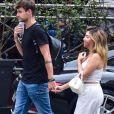 Após rumores de namoro, Rezende e GKay são vistos andando de mãos dadas