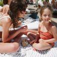 Bruna Marquezine caiu na risada ao ver filha de amiga filmando seu umbigo