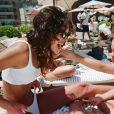 Bruna Marquezine curte piscina com filha de amiga e se diverte com 'flagra': 'Umbigo?'