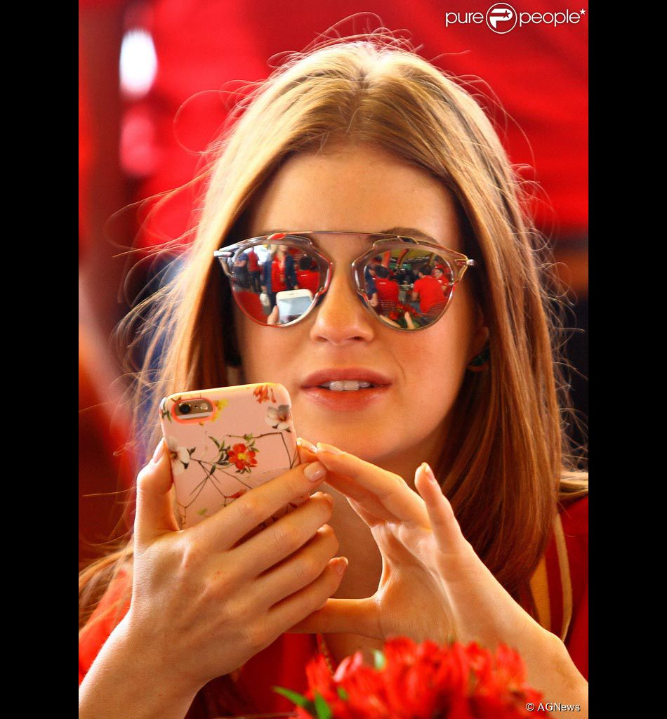 5e3e2f3e9 Marina Ruy Barbosa faz selfie em camarote durante o Grande Prêmio do Brasil  de Fórmula-
