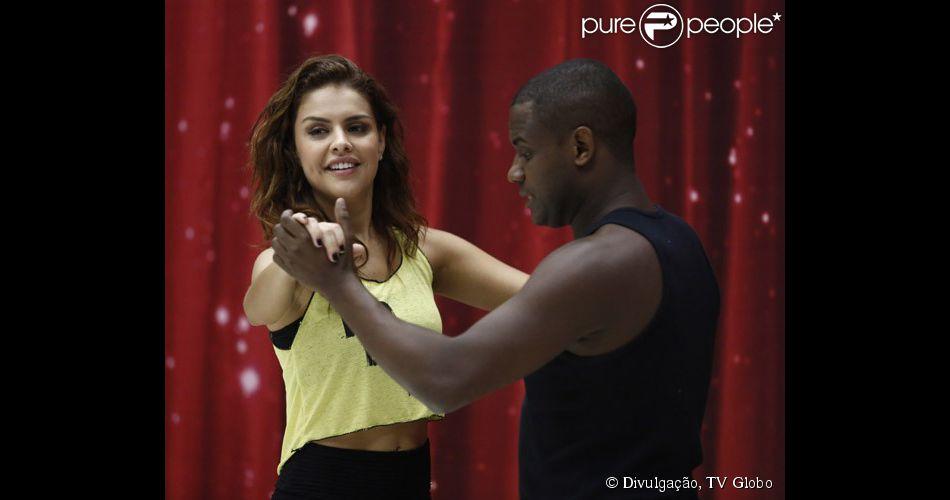 Paloma Bernardi dança valsa e pede votos de internautas em vídeo