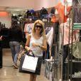 Antônia é flagrada fazendo compras em um shopping do Rio