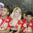 Antônia posa ao lado do filho, Samuel, na Marquês de Sapucaí no primeiro Carnaval sem o ex-marido, Marcos Paulo