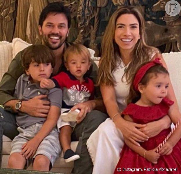 Patricia Abravanel reúne a família na sala de casa para foto de Natal