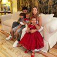 Patricia Abravanel  aparece na companhia do marido e dos filhos em foto de Natal