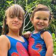 Filhas de Ticiane Pinheiro, Rafaella e Manuella combinaram maiô estampado em foto