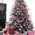 Romana Novais mostra o filho mais velho, Ravi, se divertindo na Árvore de Natal da família