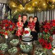 Festa de Michel Teló conta com a presença de Thais Fersoza, pais e filhos