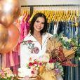 Andressa Suita recebe supresa em evento de moda