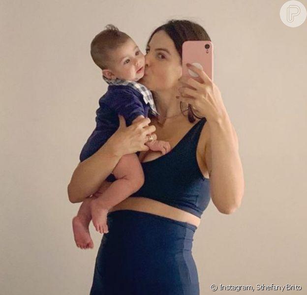 Sthefany Brito volta a malhar e combina look fitness com filho de 3 meses: 'Apoio moral'
