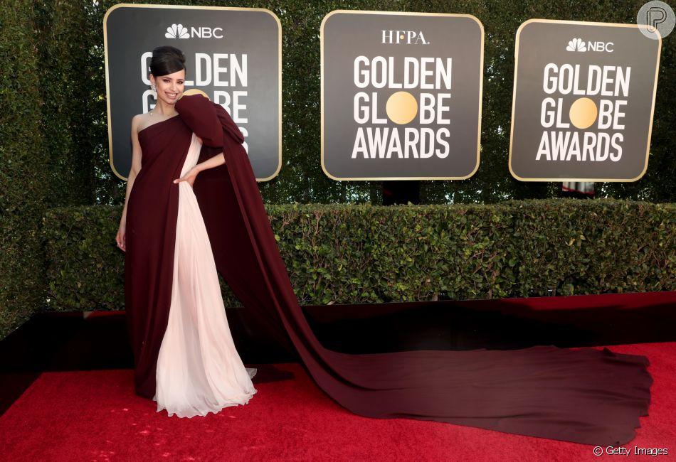 Vestido de Sofia Carson chama atenção por laço máxi e cauda no 'Globo de Ouro'!