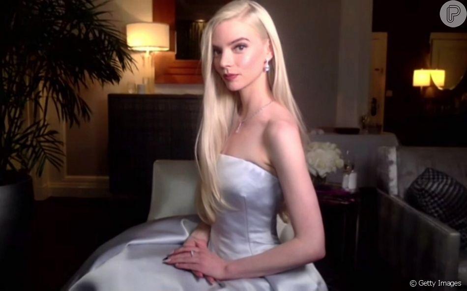 Vestido de Anya Taylor-Joy conta com tecido sem alça e tom perolado no 'Globo de Ouro'!