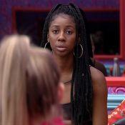'BBB 21': Carla Diaz questiona Camilla de Lucas sobre papo na dispensa. 'Me excluindo?'
